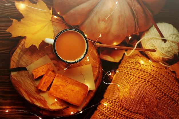 Świeży sok z dyni w kubku z ciastem marchewkowym
