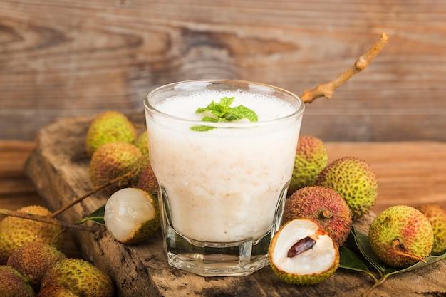Świeży sok z lychee na drewnianym