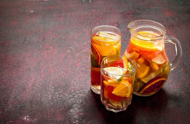 Świeży sok z owoców cytrusowych.