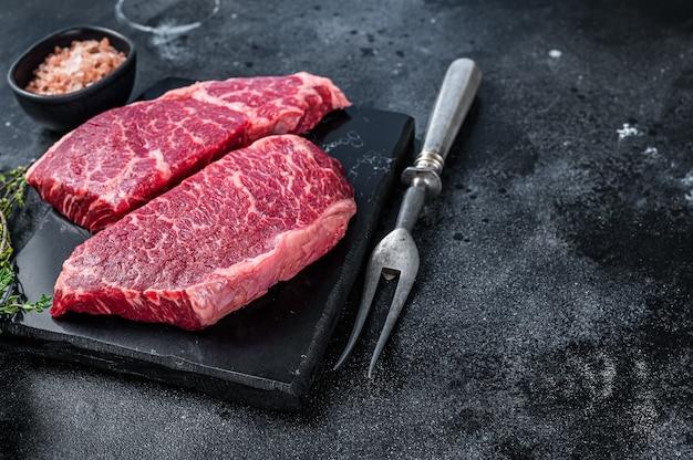 Świeży stek surowy denver marmurowe mięso wołowe z ziołami
