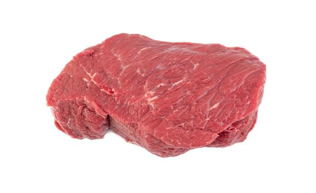 Świeży stek wołowy na białym tle. widok z góry duży kawałek surowego mięsa filet