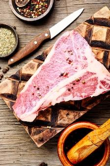 Świeży stek wołowy
