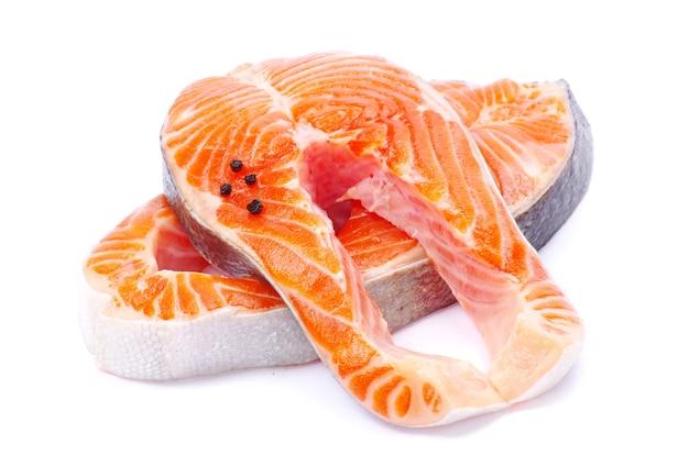Świeży stek z łososia na białym tle