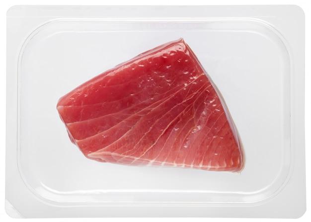 Świeży stek z tuńczyka pakowany próżniowo w plastik