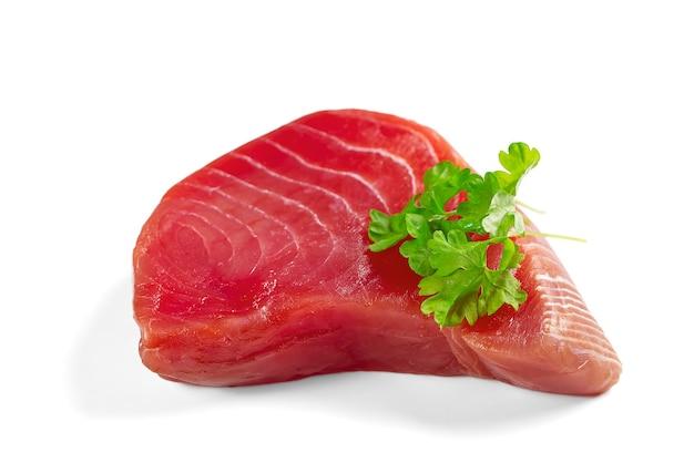 Świeży stek z tuńczyka żółtopłetwego w plasterkach na białym tle medaliony z tuńczyka błękitnopłetwego