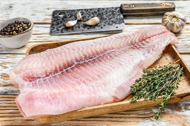 Świeży surowa biała ryba filet z suma z przyprawami