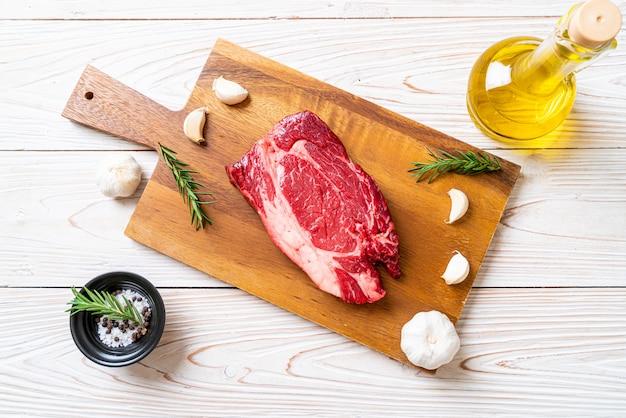 Świeży surowy stek wołowy