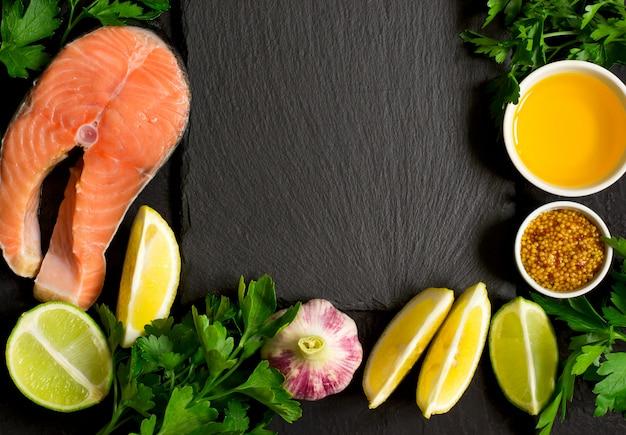 Świeży surowy stek z łososia i składniki do przygotowania wokół th