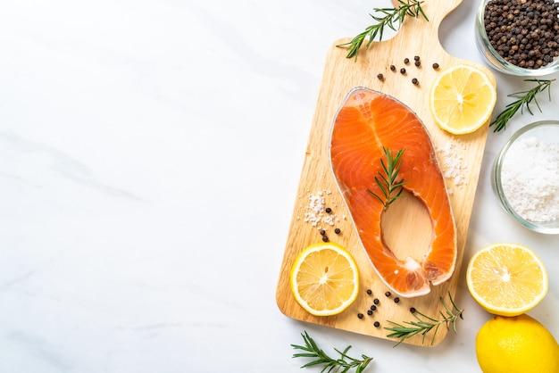Świeży surowy stek z łososia