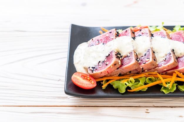 Świeży surowy tuńczyk z sałatką warzywną i sosem