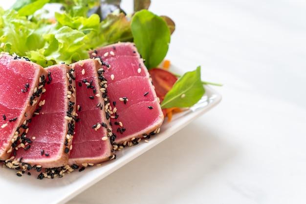 Świeży surowy tuńczyk z sałatką warzywną