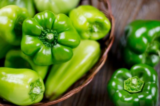 Świeży surowy zielony organicznie dzwonkowego pieprzu zakończenie up