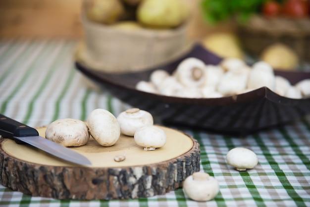 Świeży szampinion pieczarki warzywo w kuchni