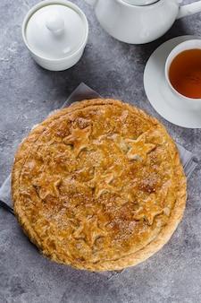 Świeży tradycyjny mięsny mini kulebiak na talerzu na betonowego stołu tle. widok z góry
