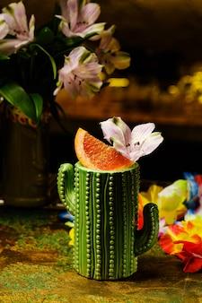 Świeży tropikalny koktajl z krwistą pomarańczą