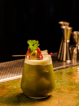 Świeży tropikalny koktajl z warzywami