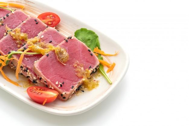 Świeży tuńczyk surowy z pikantnym sosem sałatkowym