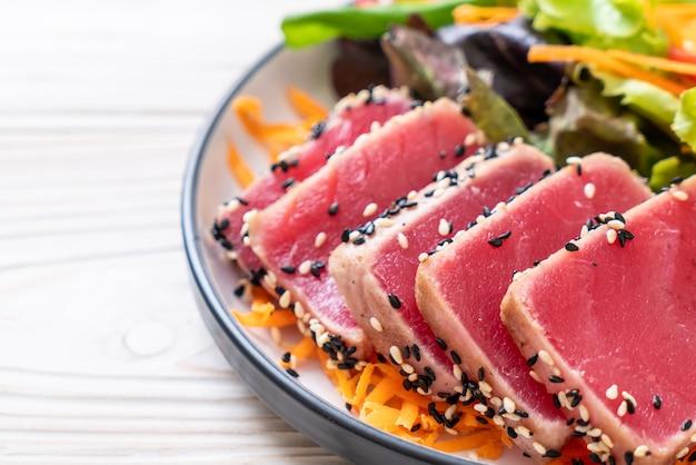 Świeży tuńczyk surowy z sałatką warzywną
