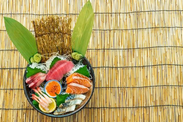 Świeży tuńczyk z łososia i surowe sashimi z hamachi