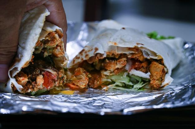 Świeży turecki kebab doner w toście z tortilli.