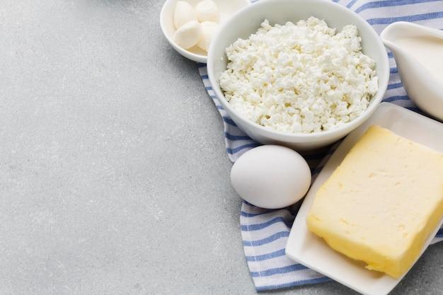 Świeży twaróg z bliska z masłem