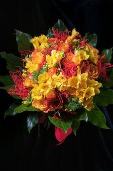 Świeży wiosenny bukiet żółtych frezji i róż