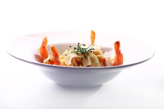 Świeży włoski makaron podawany z krewetkami