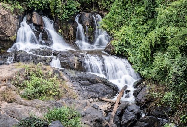 Świeży wodospad z granitowego klifu.