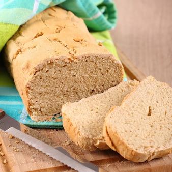 Świeży z pieca bezglutenowy chleb na desce do krojenia