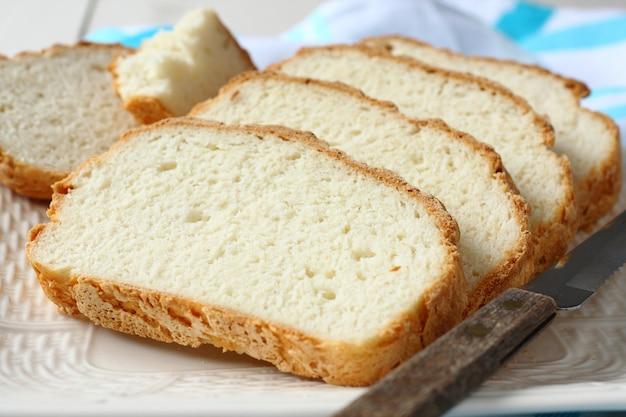 Świeży z piekarnika pokrojony bezglutenowy chleb na talerzu