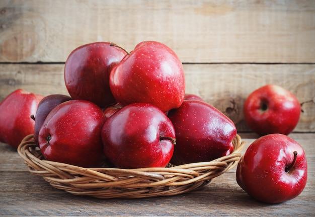 Świeży zbiór jabłek. koncepcja owoców natury.