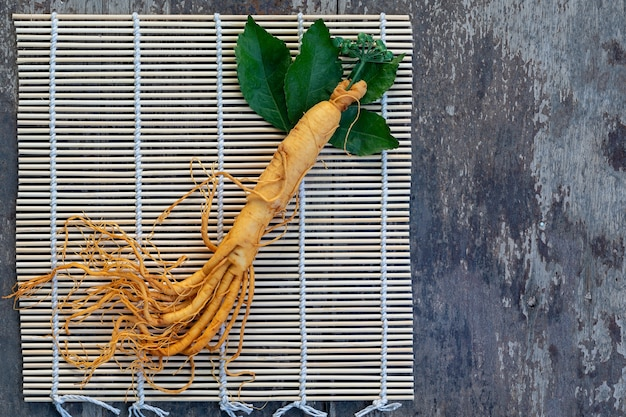 Świeży żeń-szeń na bambusowym splocie
