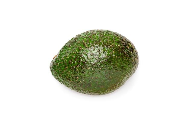 Świeży zielony avocado odizolowywający na białym tle