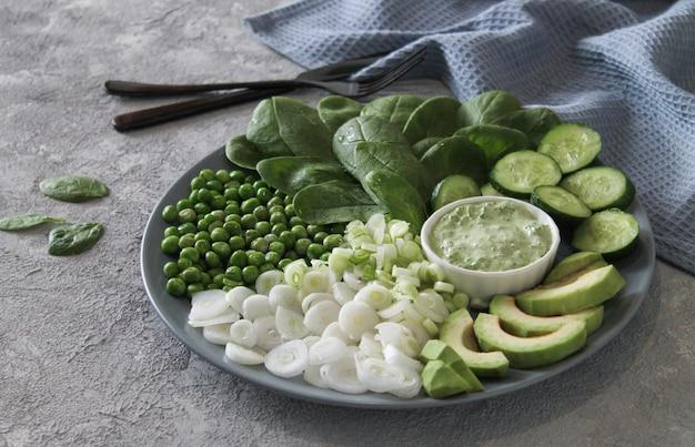 Świeży zielony jedzenie na talerzu
