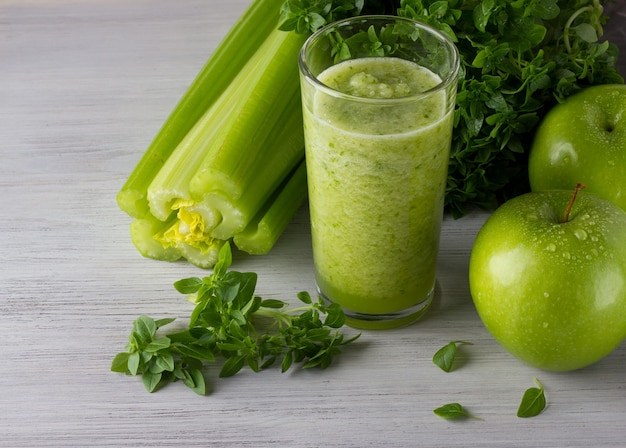 Świeży zielony koktajl z jabłkiem, bazylią i selerem