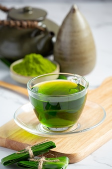 Świeży zielony liść pandan na stole