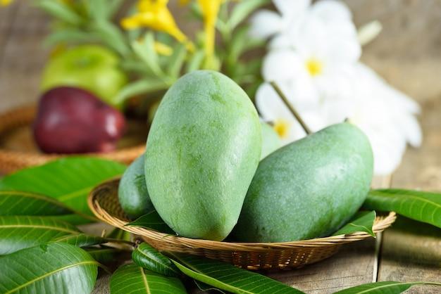 Świeży zielony mango na drewnianym stole