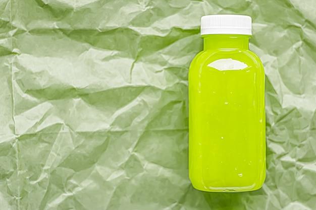 Świeży zielony sok w ekologicznej, nadającej się do recyklingu plastikowej butelce i pakowaniu zdrowej koncepcji napojów i produktów spożywczych product