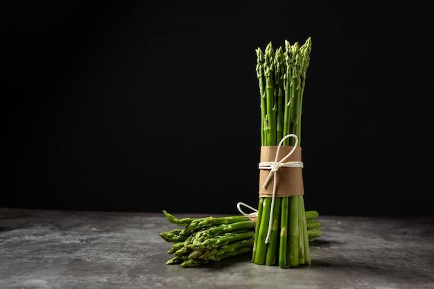 Świeży zielony szparag na stole.
