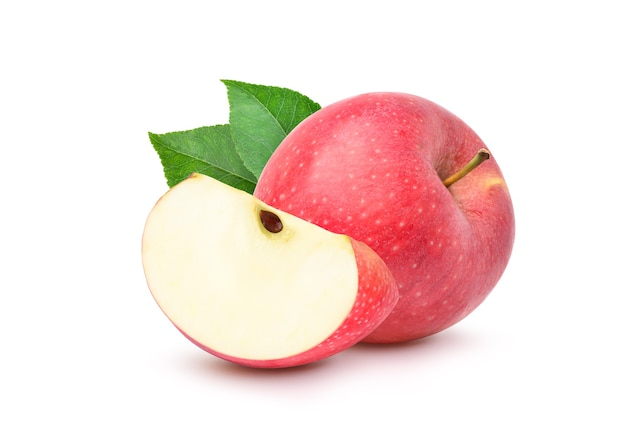 Świeżych czerwonych jabłek z liśćmi pokrojone w plasterki i na białym tle