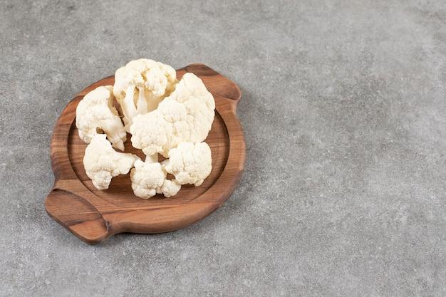 Świeżych dojrzałych kalafiorów biały umieszczony na desce.