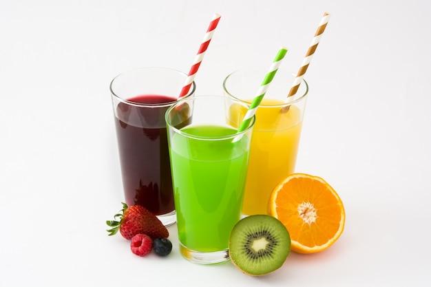 Świeżych owocowych smoothies w szkle odizolowywającym na biel powierzchni