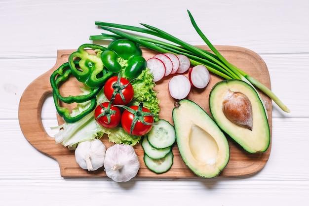 Świeżych rolników ogrodowych warzyw gotowanie na drewnianym stole. książka przepisów