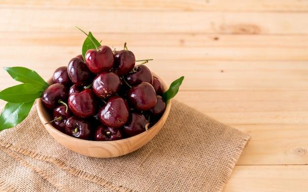 Świeżych wiśni w misce z drewna