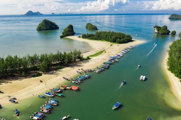 Swiftlet molo i turyści w wysokim sezonie phang nga tajlandia