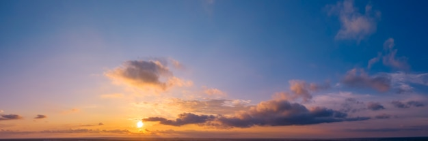Świt lub zachód słońca, panorama. drone widok jasne chmury niebo i słońce.