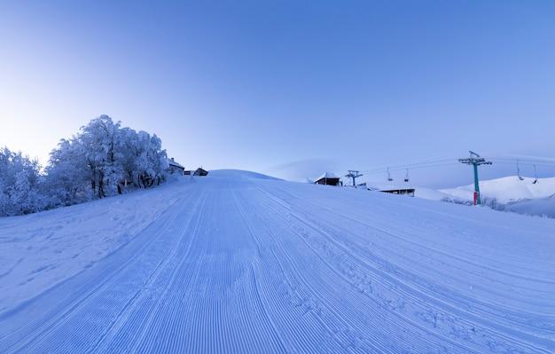 Świt na pustym stoku narciarskim. panorama.