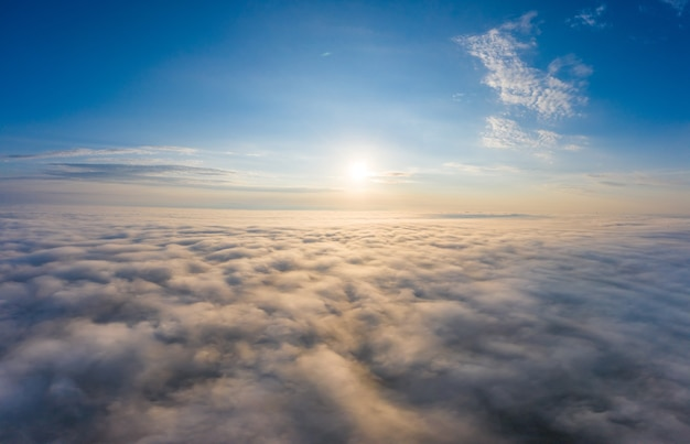Świt nad chmurami widok z kokpitu lub drona.