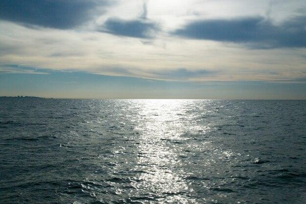 Świt nad morzem srebrnego koloru. rano przed wschodem słońca. początek nowego dnia