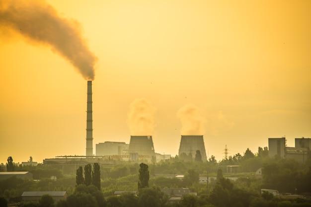 Świt o zachodzie słońca w elektrowni cieplnej